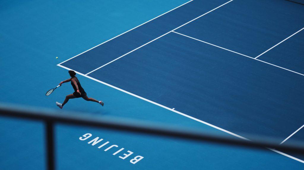rueckhand-slice-ball-im-tennis-spiel-für-Gegner
